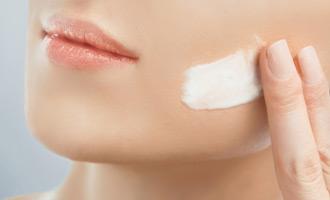 החדרת לחות לעור בטיפול פנים