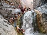 קבוצת מטיילים באחד ממעברי ההידאן תחתון