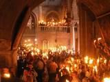 האש הקדושה מתפשטת בכנסיית הקבר ומכאן לכל העולם הנוצרי המזרחי!