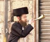 """הדרכת סיורים בירושלים  - """"יעקב התוקע"""" מודיע על סגירת שוק מחנה יהודה לפני כניסת שבת קודש"""