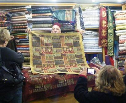 מוכר שטיחים בשוק מחנה יהודה