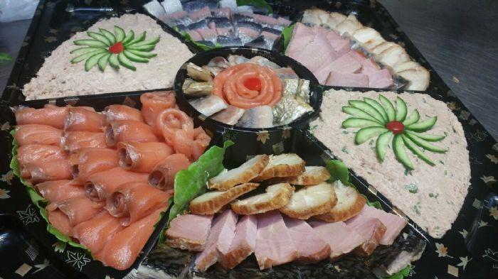 מגש משולב דגים כולל מעושנים וכבושים