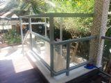 מעקה אלומיניום למרפסת בשילוב עם גג זכוכית