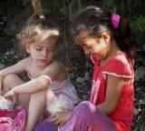 שתי בנות רוקמות ידידות