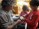 הילדים עוזרים לגידי לבנות קביים מעץ