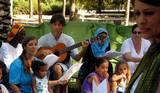 אמיר מנעים בנגינה ושירה
