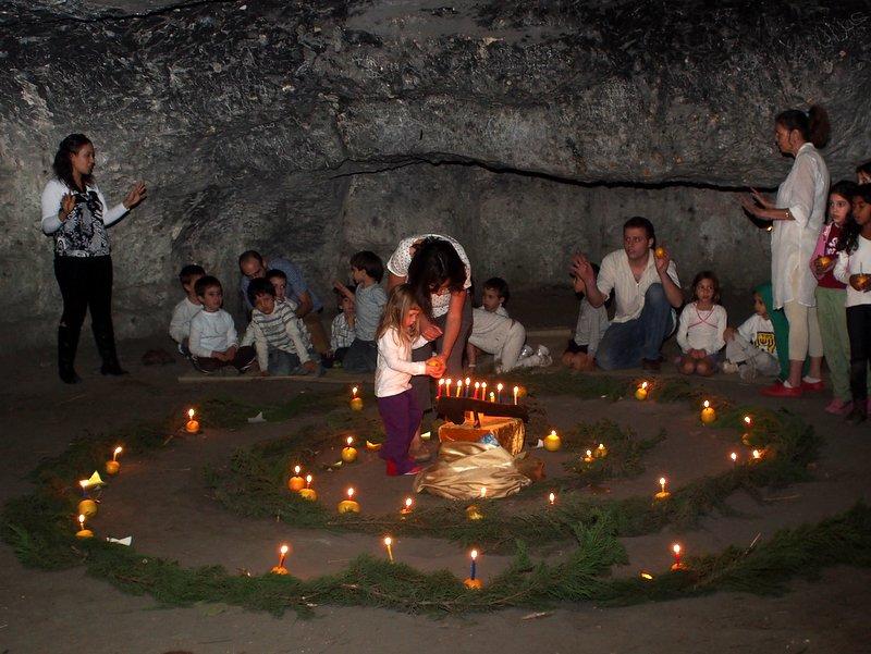 Viering van Chanuka in een grot met Ein Bustan