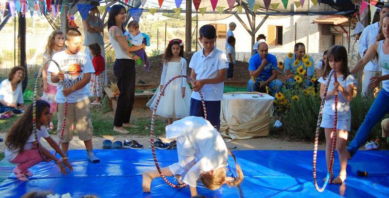 ילדי עין בוסתן מציגים בחגיגת שבועות של העמותה