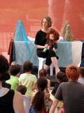 תמי משוחחת עם הקהל על חיות בסכנת הכחדה