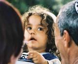 העיניים אומרות הכל . פנים של ילד עטופות בראשי מבוגרים