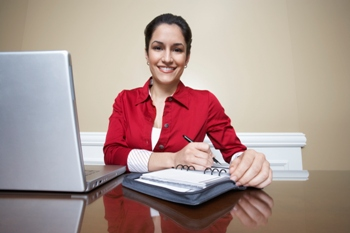 אישה מבצעת כתיבה שיווקית