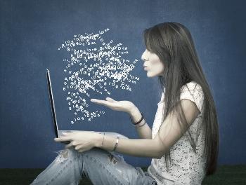 בחורה כותבת שיווקית באנגלית