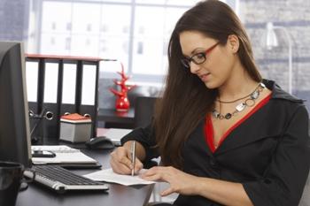 כותבת תוכן מבצעת שירות תרגום מסמכים
