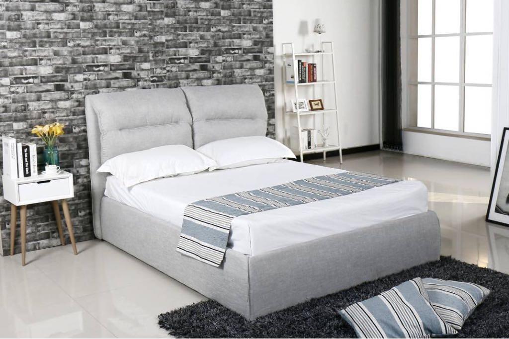 מיטה מרופדת אפור בהיר