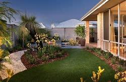 מבט לגינה פנימית אחורית