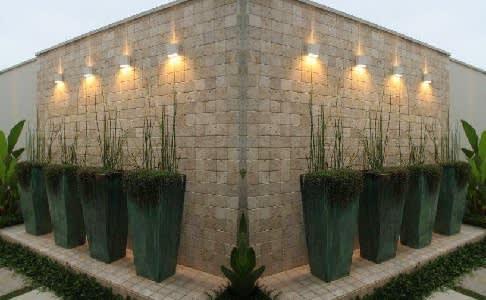 תכנון גינות עם חיפוי קירות כדים ותאורה