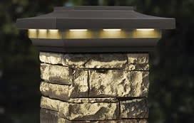 עמוד אבן שמכיל בליבה כבל חשמל נסתר וגוף תאורה עליון