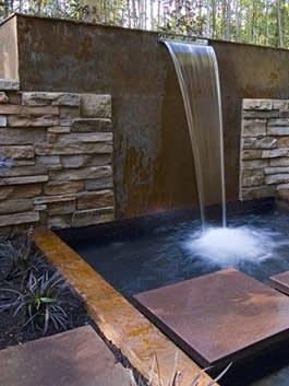 זרימת מים על קיר בריקים