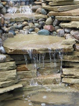 מפל על אבן מנוסרת