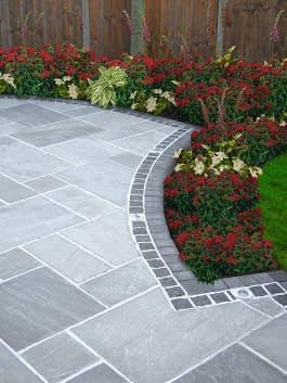 רחבה ומדרכה משולבת בקצה הגימור בלבנים וריצוף סטנדרטי
