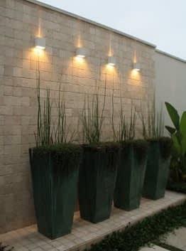 קיר בריקים ותאורה