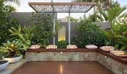 גינת מרפסת בחצר ביתית