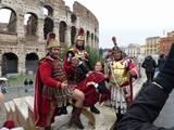 לוחמים רומיים וברקע אמפיתיאטרון פלביום (הקולוסאום)
