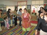 ילדים והורים צוחקים יחדיו - סדנאות יוגה צחוק מנחה את הצחוק המשותף