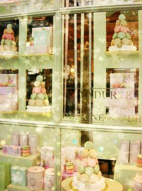 חלון הראווה של קונדיטוריית לה דורה בפריז
