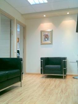 חדר המתנה במשרדו של הנוטריון