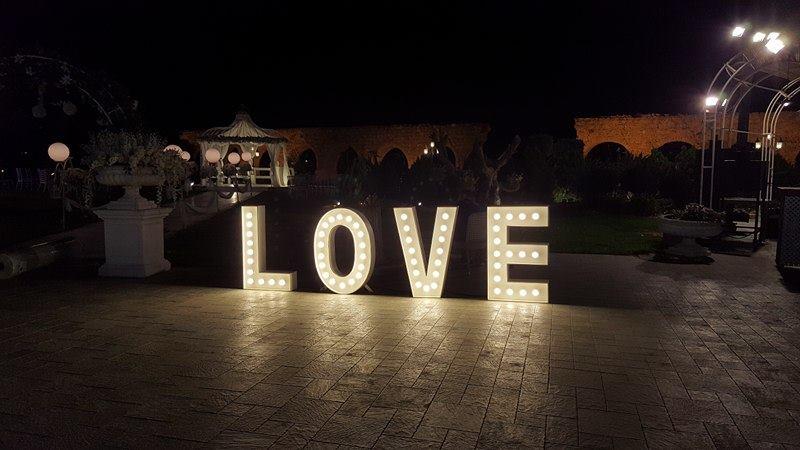 אותיות love לחתונה