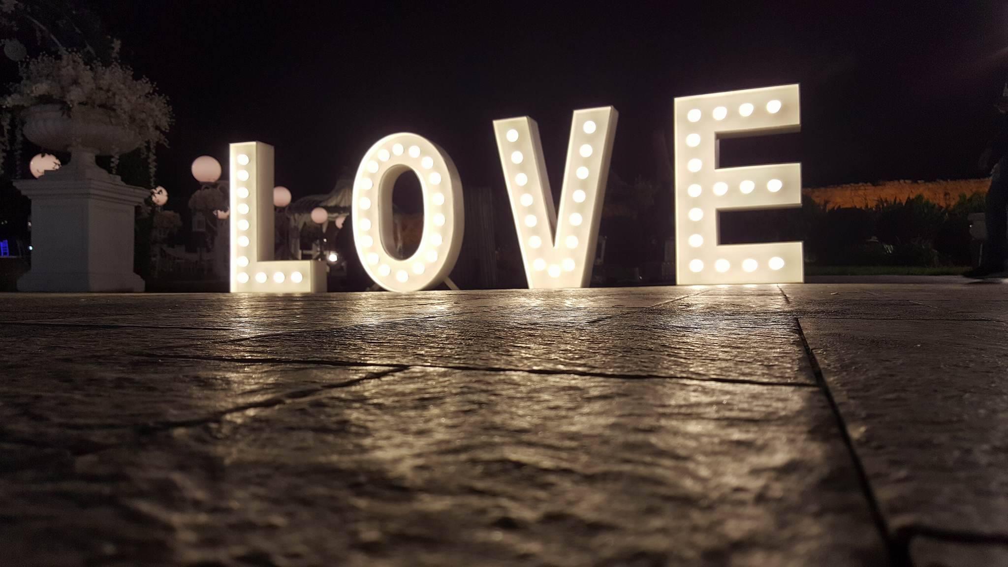 אותיות מוארות לחתונה love