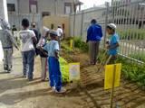 """עובדים בגינה בי""""ס עציון קרית מלאכי"""