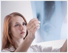 תלמידה בודקת צילום רנטגן