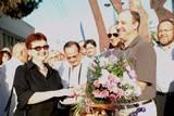 הפסל דוד שמוס מקבל זר פרחים ממרים קידר