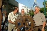 ראש העיר ונשיא המועדון יהודה קידר עם גלגל הרוטרי