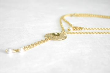 שרשראות זהב בשילוב פנינים וירוק זית