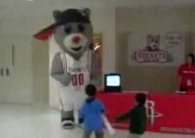 טדי הדוב מפחיד ילדים בבית ספר