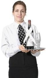 מלצרית מגישה יין