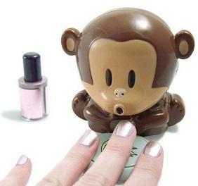 קוף חמוד שמייבש את הלק
