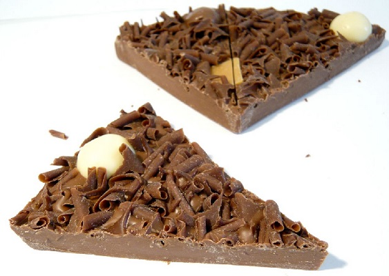 פרוסות של פיצת שוקולד