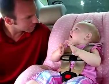 תינוקת מדברת בלי הפסקה