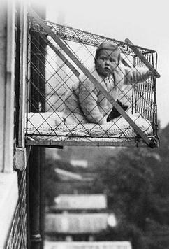 תינוק בכלוב