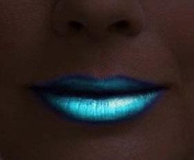 שפתון זוהר בחושך