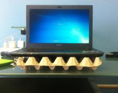 לפטופ על קרטון ביצים