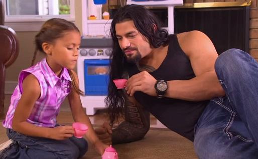 אבא משחק עם הבת שלו