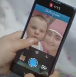 תינוק מצלם סלפי