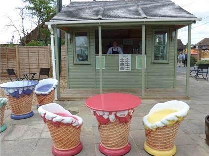 כיסאות ושולחנות גלידה
