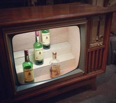 טלויזיה ישנה שהפכה לבר משקאות