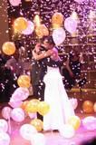 רשת בלונים בריקוד סלוואו של חתן כלה בשילוב קונפטי